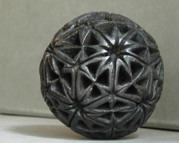 Sphère polyèdrique en bronze